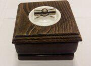 выключатель с поворотной ручкой и коричневой рамкой